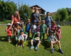 Gruppenbild-Spende Kinderschubkarren